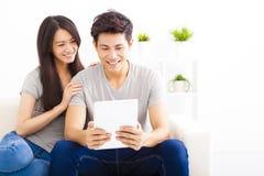Молодые пары с планшетом Стоковые Фото