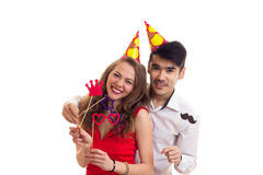 Молодые пары с ручками карточки и шляпами праздновать Стоковое фото RF