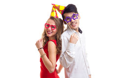 Молодые пары с ручками карточки и шляпами праздновать Стоковые Фотографии RF