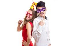 Молодые пары с ручками карточки и шляпами праздновать Стоковое Фото