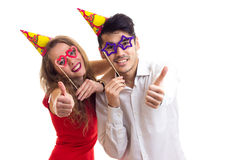 Молодые пары с ручками карточки и шляпами праздновать Стоковые Изображения