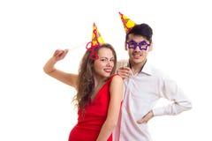 Молодые пары с ручками карточки и шляпами праздновать Стоковые Фото