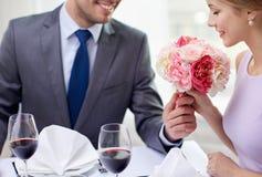 Молодые пары с стеклами вина на ресторане Стоковые Фото