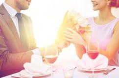 Молодые пары с стеклами вина на ресторане Стоковые Изображения RF