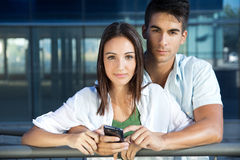 Молодые пары с умным телефоном Стоковая Фотография