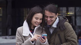 Молодые пары с умным телефоном видеоматериал