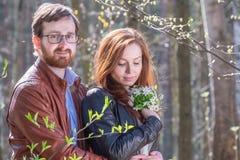 Молодые пары с цветками стоковое изображение