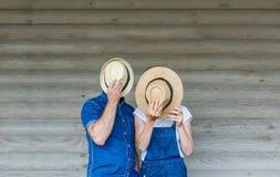 Молодые пары с шляпами Прячет их стороны Стоковые Изображения