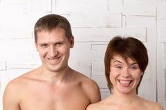 Молодые пары с эмоциями фокуса около белой стены Стоковая Фотография
