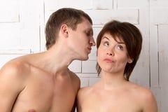 Молодые пары с эмоциями flirt и скуки Стоковое Изображение RF