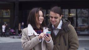 Молодые пары с smartphone сток-видео