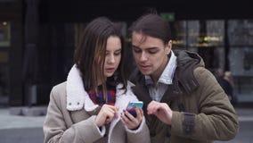 Молодые пары с smartphone видеоматериал