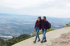 Молодые пары тратя время совместно outdoors Стоковые Изображения RF