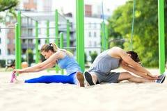 Молодые пары тренируя outdoors Стоковые Фото