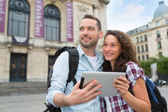 Молодые пары туристов посещая город Стоковая Фотография RF