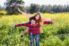 Молодые пары дуря в сельской местности Стоковые Фото