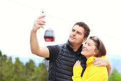 Молодые пары фотографируя в горах Стоковое фото RF
