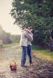 Молодые пары целуя под дождем Стоковые Изображения