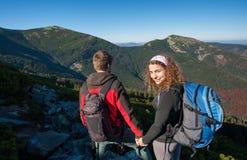 Молодые пары backpackers наслаждаясь красивым ландшафтом Стоковые Изображения RF