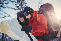 Молодые пары hikers ища направление Стоковые Фотографии RF