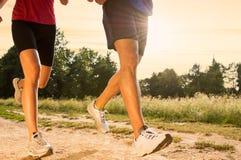 Молодые пары Jogging в парке Стоковое Изображение RF