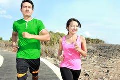 Молодые пары jogging совместно на jogging следе Стоковая Фотография