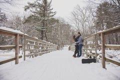 Молодые пары outdoors в зиме Стоковые Фотографии RF