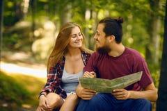 Молодые пары smailing друг к другу в лесе Стоковые Фотографии RF