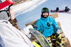 Молодые пары snowboarders Стоковые Фото