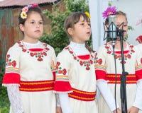 Молодые певец-соло дилетанта choir на играх Nestenkar в Болгарии Стоковые Фотографии RF
