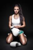 Молодые перчатки носки девушки боксера Стоковое Изображение RF