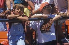 Молодые поклонники бейсбола наблюдая игру на парке подсвечника, Сан-Франциско, CA Стоковые Фото