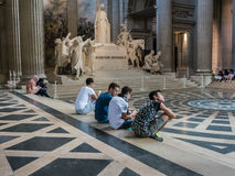 Молодые посетители сидят на внутренних шагах пантеона в Париж Стоковые Изображения
