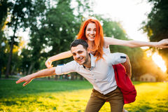 Молодые потехи пар совместно в парке лета Стоковые Фото