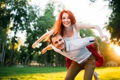 Молодые потехи пар совместно в парке лета Стоковое Изображение RF