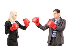 Молодые предприниматели при перчатки бокса имея бой Стоковые Фото