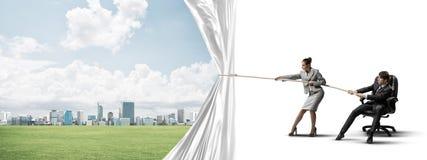 Молодые предприниматели работая в сотрудничестве и вытягивая белое знамя рекламы Стоковая Фотография RF