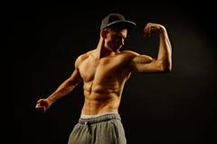 Молодые представления человека спортсмена Стоковые Фото