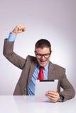 Молодые приветственные восклицания бизнесмена с таблеткой Стоковые Изображения