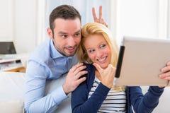 Молодые привлекательные пары имея потеху делая selfie Стоковые Изображения RF