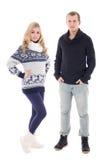 Молодые привлекательные человек и женщина в одеждах зимы изолированных на whi Стоковая Фотография