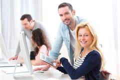Молодые привлекательные люди принимая курс подготовки стоковое изображение