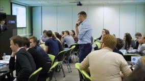 Молодые профессионалы собранные для того чтобы слушать к тренировке в экономике Более опытный профессионал для того чтобы делить  сток-видео