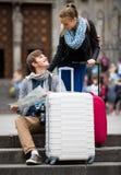 Молодые путешественники с картой города на улице Стоковое Фото
