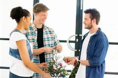 Молодые работники офиса обсуждая Стоковые Изображения RF