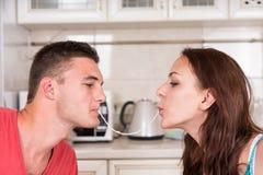 Молодые романтичные пары деля лапшу спагетти Стоковое Изображение RF
