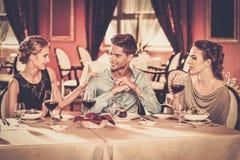 Молодые друзья в ресторане Стоковые Фото