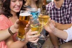 Молодые друзья имея питье совместно Стоковая Фотография RF