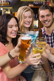 Молодые друзья имея питье совместно Стоковое Фото