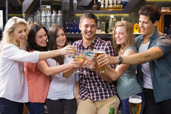 Молодые друзья имея питье совместно Стоковая Фотография